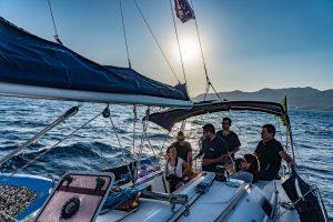 אל האופק בסירת מפרש: הפלגה חוויתית בים האדום